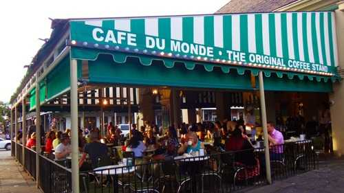 cafe du monde day outside